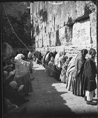Pregaria al mur sobre l'any 1900 (Fixeu-vos que la majoria són dones i no hi ha separació per sexes) Font: htp://www.israeldailypicture.com/2011/08/women-at-western-wall-100-years-ago.html